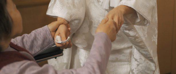 おばあさまと手をとりあって