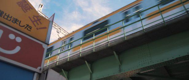 ホテルの前の電車